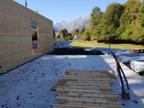 Tout le bois nécessaire au montage de la maison est déjà sur place